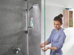 crometta-vario-shower-set_standing-woman_ambience_3x4 destaque