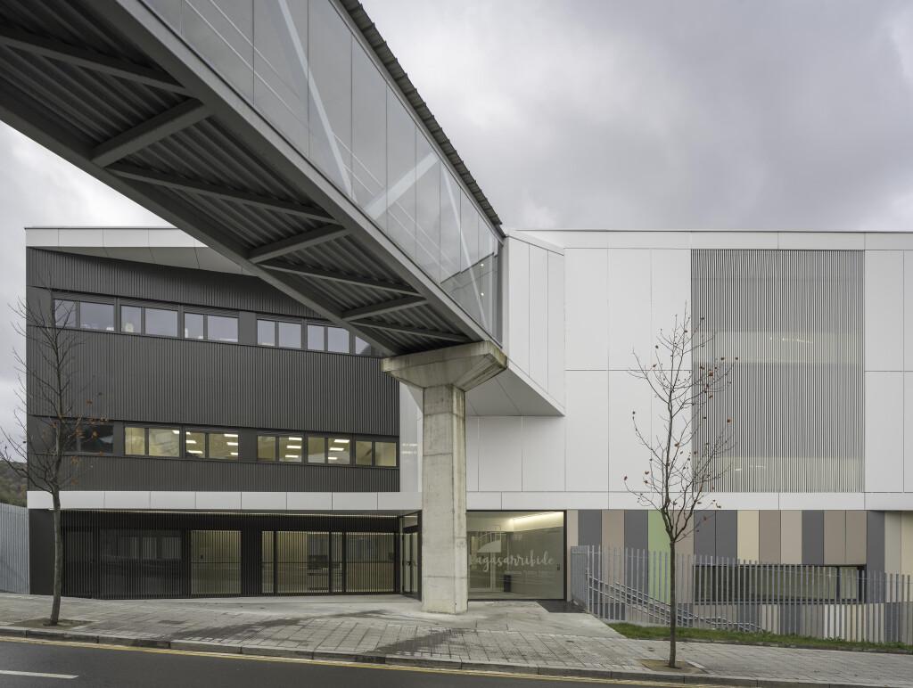 O novo estabelecimento de ensino secundário IES Pagasarribide conta com a melhor acústica graças à instalação de tetos Armstrong